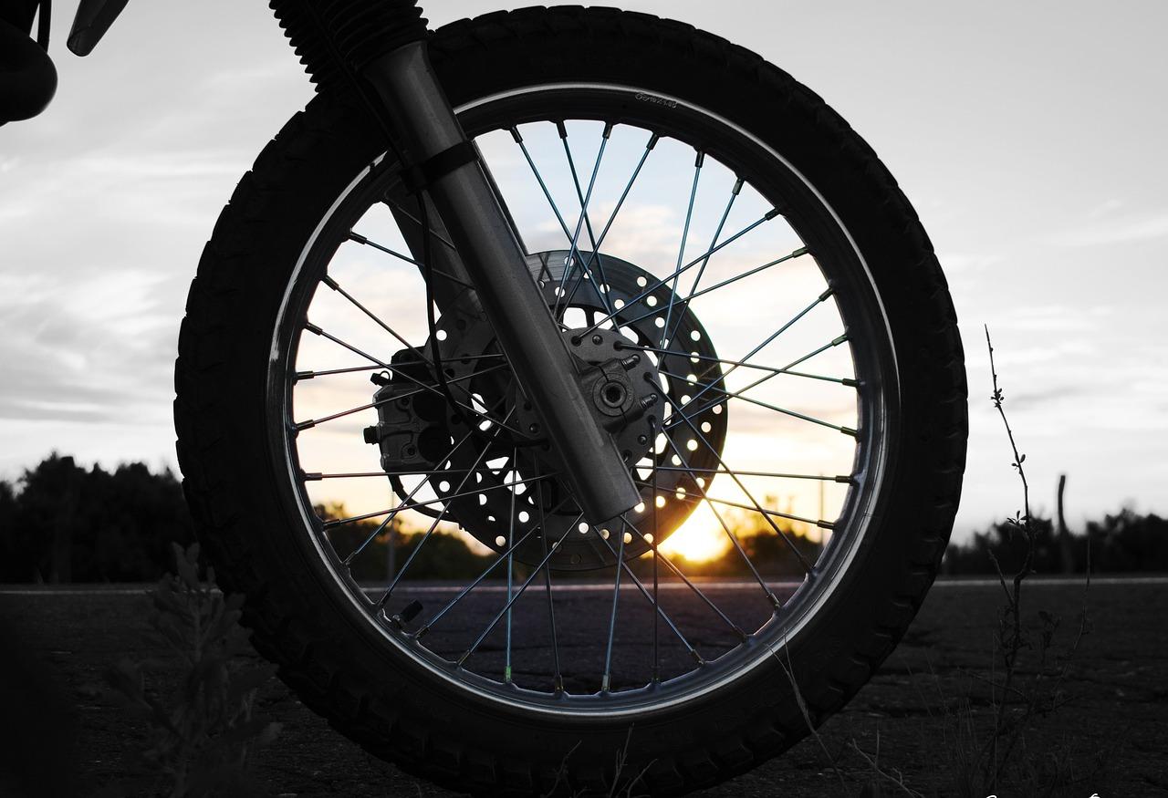 美しいスポークホイールもタイヤの空気圧が低かったら台無し