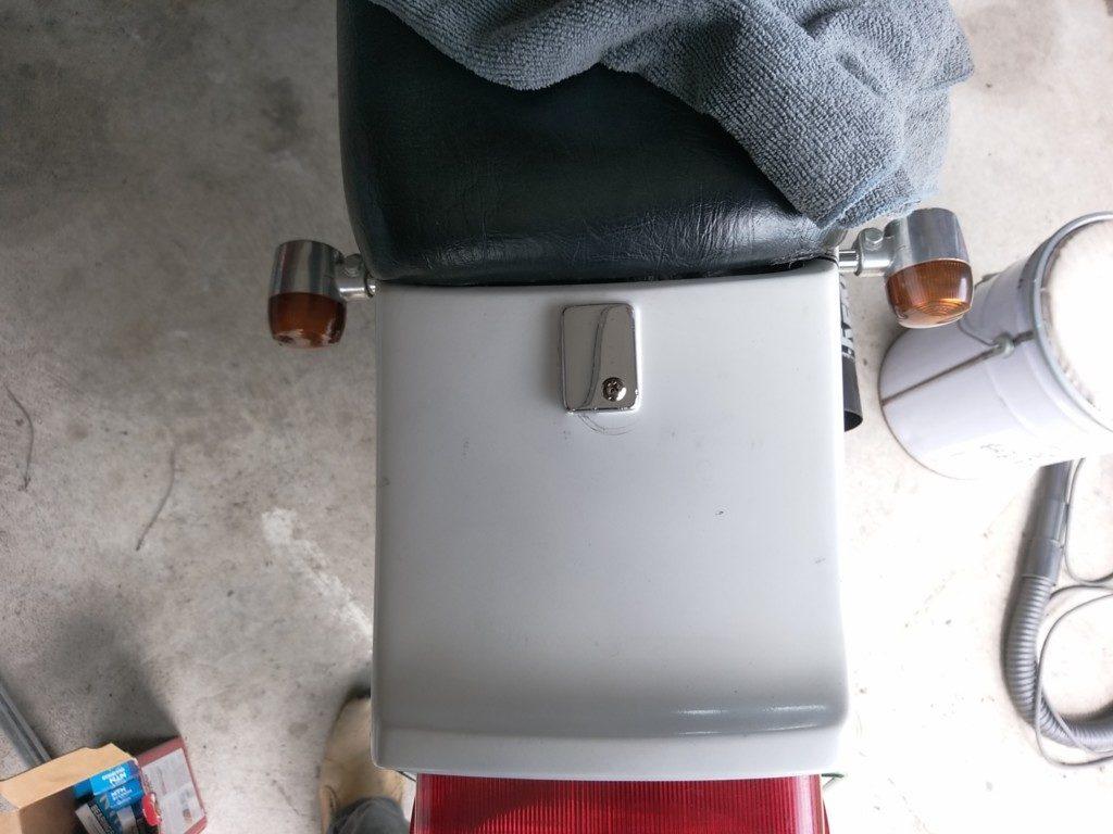 シートロックのフタ部分は穴開けてねじ止めにしてあります。