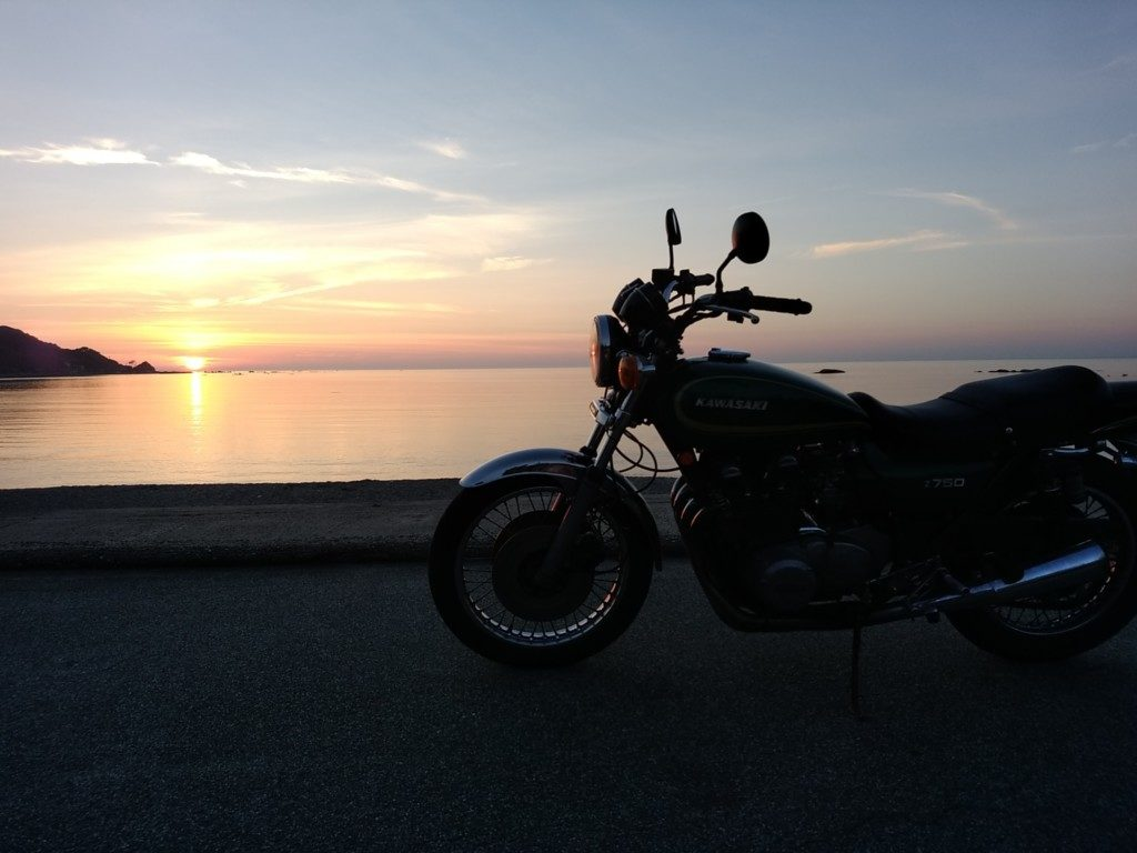 Z750D1。あまりの暑さに自棄になって海まで出て撮影して遊ぶ。