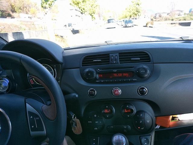 今時の車でもこんなにダサいカーステがある。
