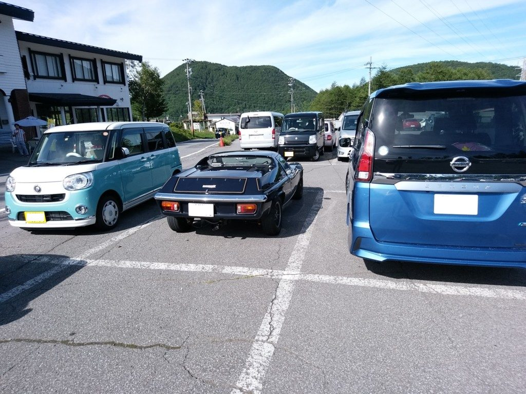 ロータスヨーロッパ。隣の軽自動車のなんとデカいことか。ミニバンとかありえない大きさ。