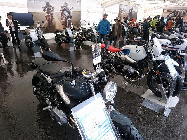 BMWのイベント。気前よく300万円のマシンにまたがらせてくれます。