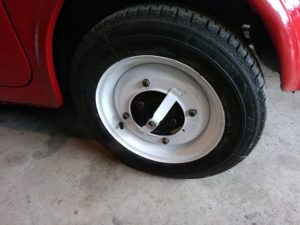 細すぎてまともには流通していない旧FIAT500のタイヤ