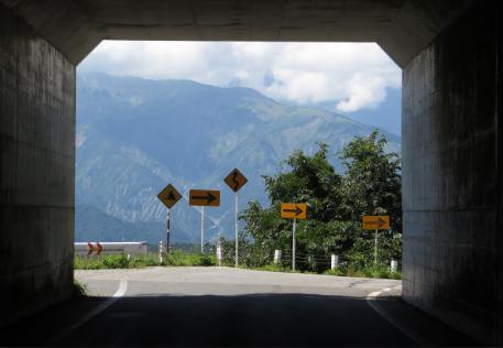 トンネルを抜けるといきなり視界に白馬連峰がっ!