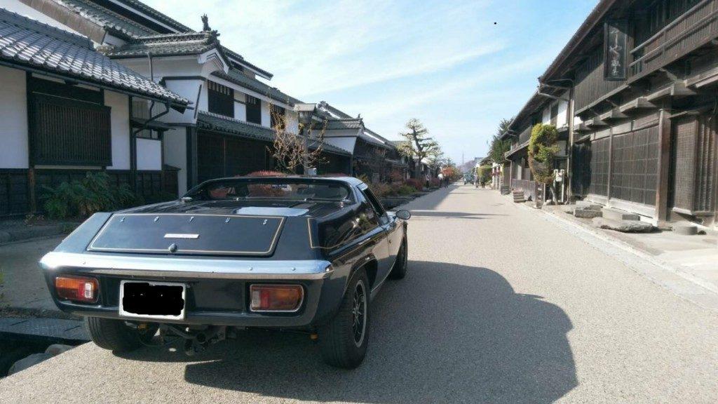 日本の古い町並みにも結構似合う