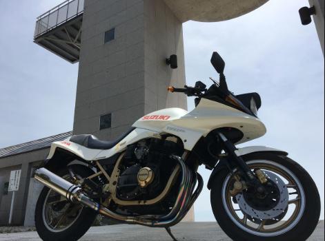 存在自体がカスタムバイクっぽいGSX750S3。これベースで手を加えて・・