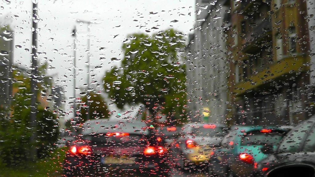 雨だと車がうらやましい気もするけれど、どこかで誇らしくもある。