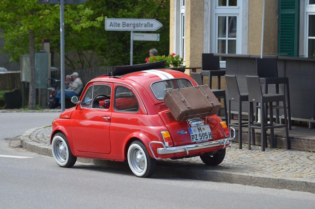 旧FIAT500。とんでもなく遅いのですが、マジでかわいいのです。