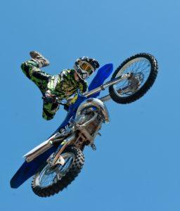 着地失敗すると首に来るよ、バイクでジャンプって。
