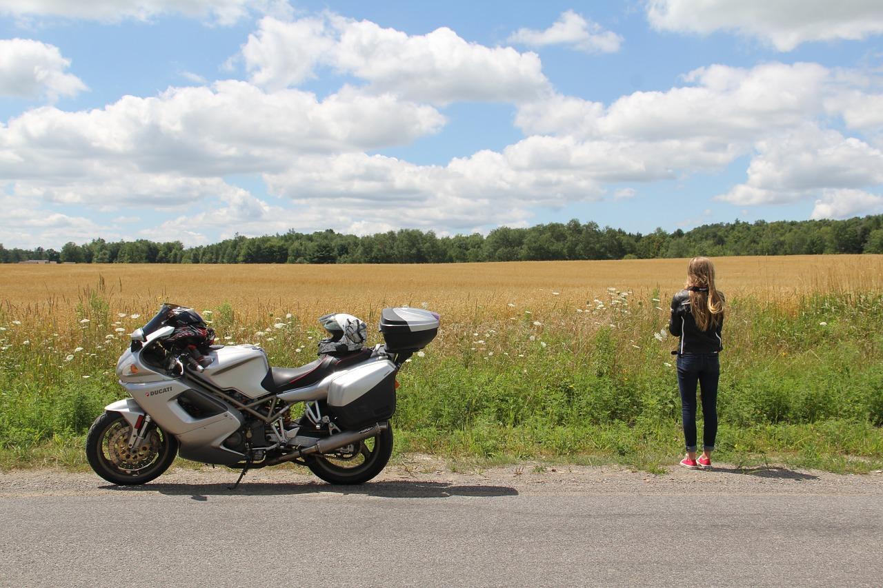 バイクと女子は絵になる。マジでかっこいい。