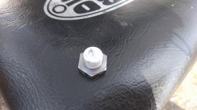 旧車のドレンボルトに配管テープは基本です。