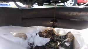 車体が真っすぐじゃないとエキマニにオイルが付着。これを拭くのがボロ靴下だ。