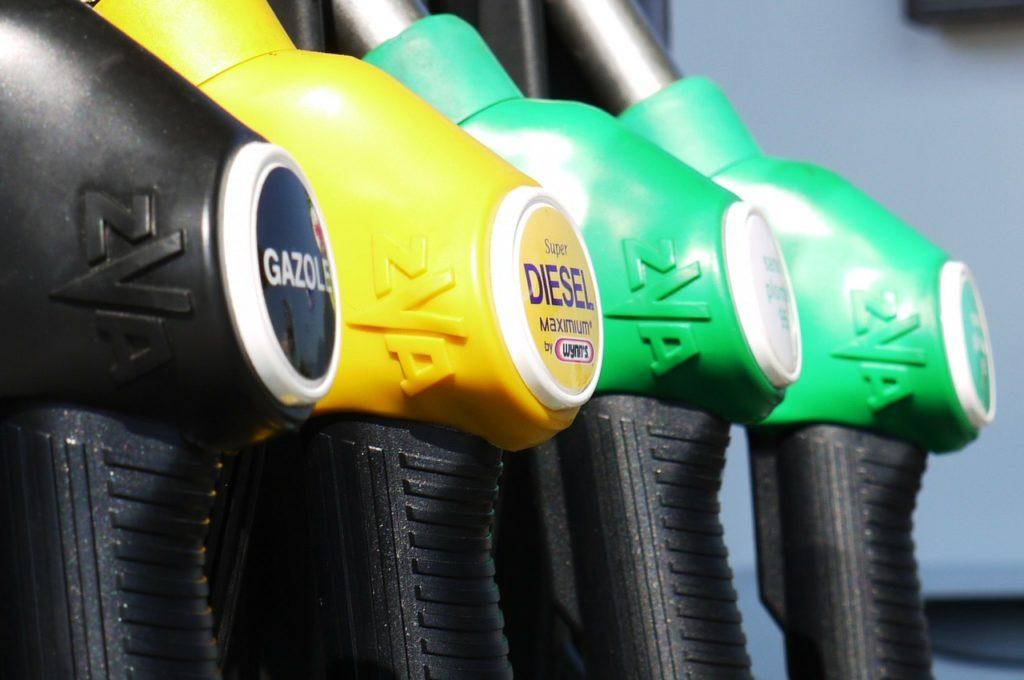 日本には80kmくらいガソリンスタンドがない道って結構あるよ。