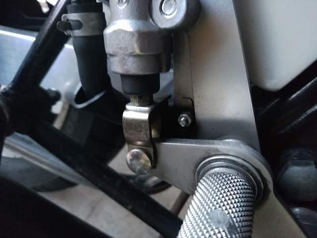 MORIWAKIのB/Sのリアブレーキマスターシリンダーの裏に機械式ブレーキスイッチが隠れています。