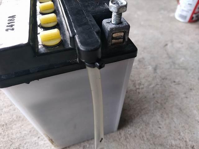 横にパイプが付いているのが開放型バッテリーです。