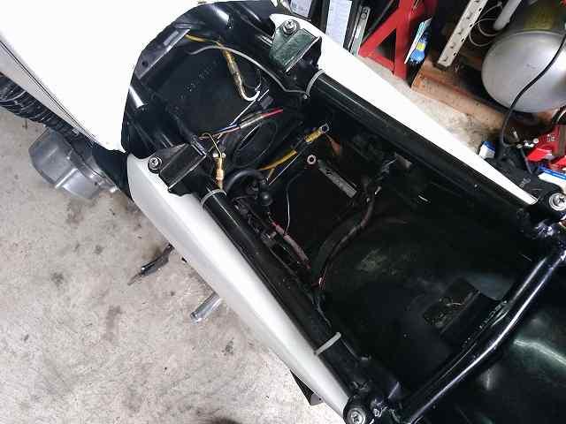 Z1-Rのバッテリーはエアクリ―アダクトを外してからアクセスします。