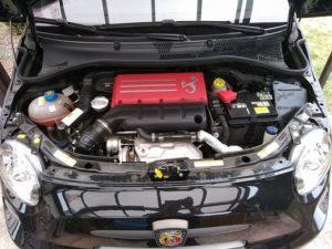 エンジンフード開けて向かって右上にバッテリーが鎮座しているが結構重い