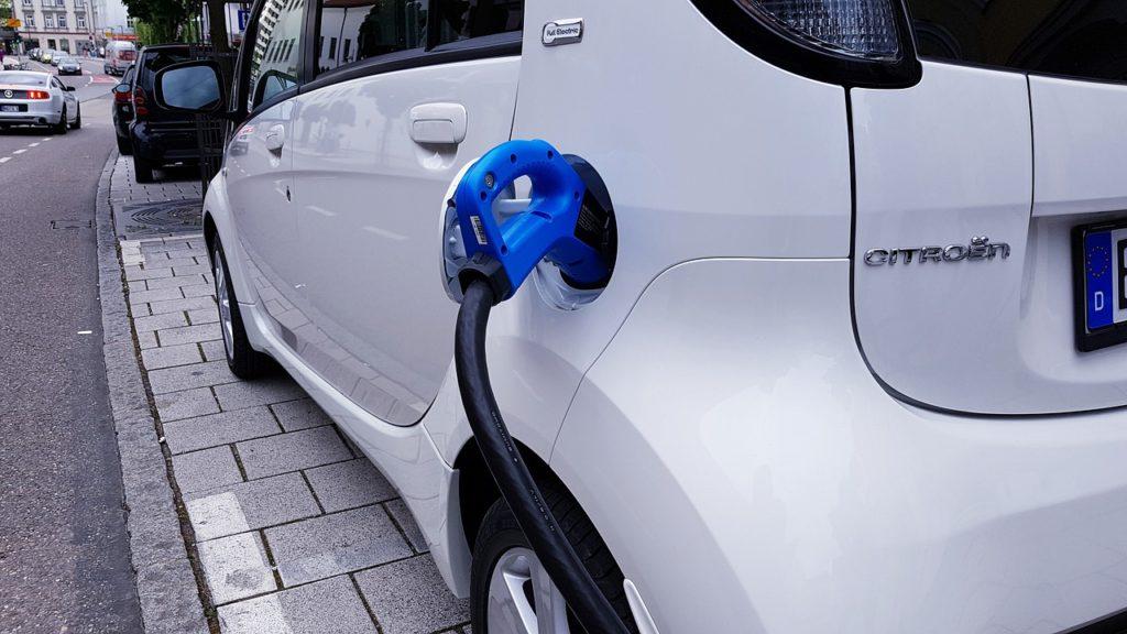 まだしばらくは電気自動車は実用に耐えませんよ。