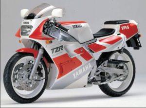 造形は2stレプリカの中でもかなりきれいなTZR250後方排気