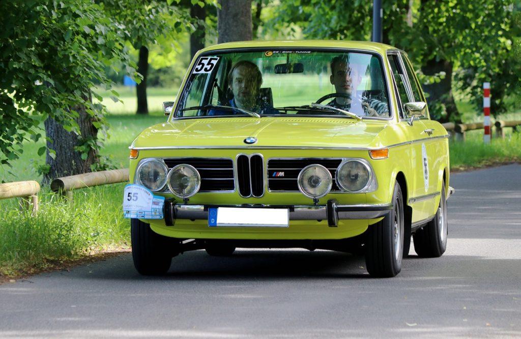 BMW2002。古い車に乗ってる人は大抵車好きで運転が上手い人が多い。