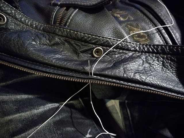 元々開いていた針穴を再利用して縫っていく
