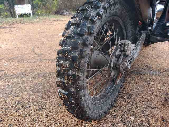 KTM125EXC。こんなタイヤでも凍ったアスファルトの上では無力です。