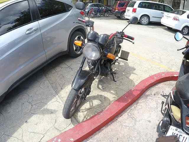 メキシコの駐輪場ではハンドルロックすらされてないバイクも多い。