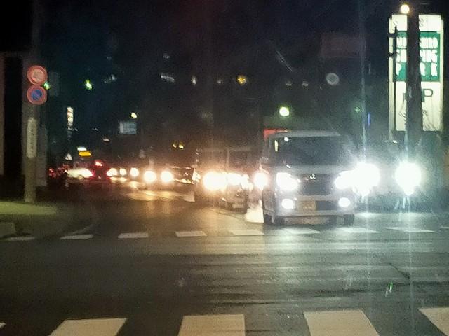 対向車線の右の車、絶対ハイビームのままですわ。