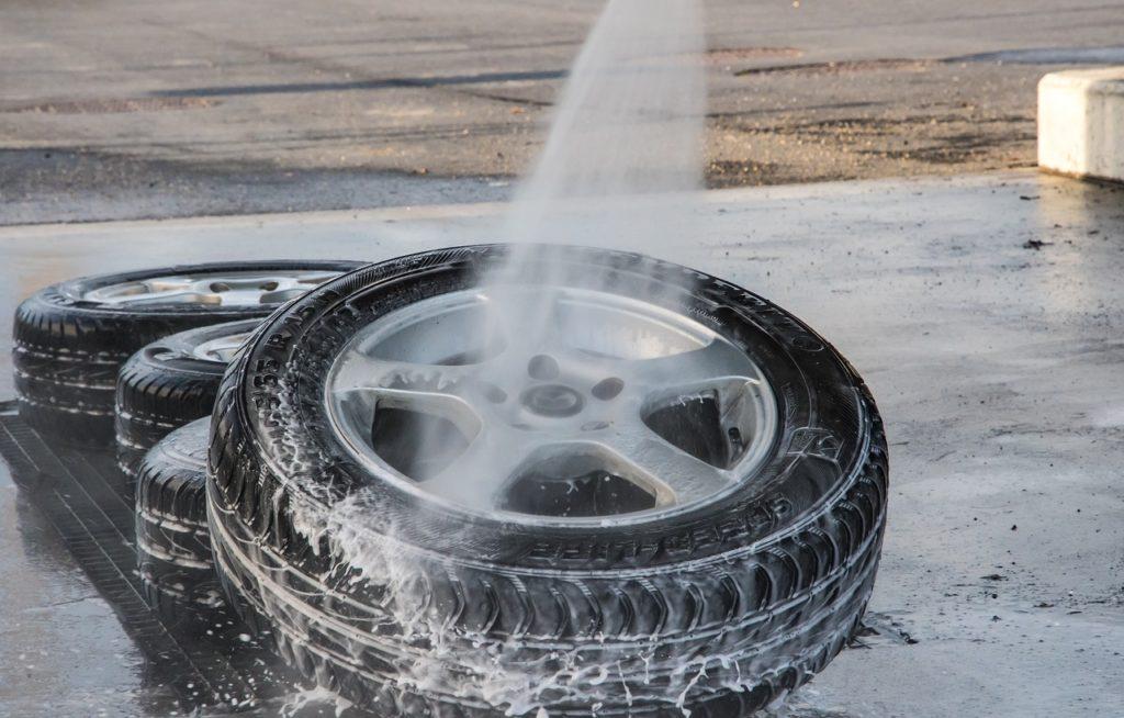 タイヤ交換の際は外したタイヤを洗うのですよ。