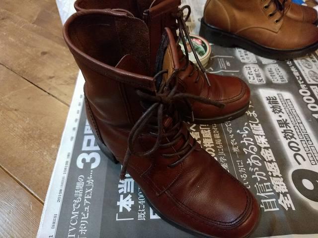 デグナーのブーツをミンクオイルで手入れしてるところ