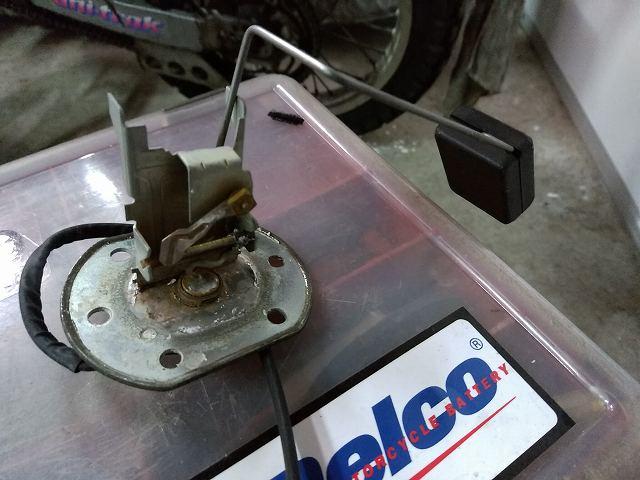 これがZ1-Rの燃料計のウキ付き可変抵抗