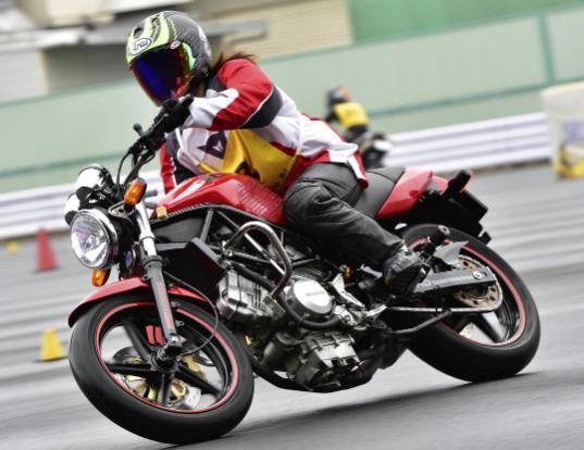 多種多様なバイクが走るのでジムカーナは見てても楽しい
