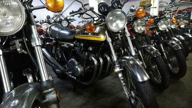 Z1。この時代のバイクはそれほど振動対策されていません。