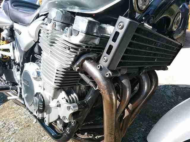これはXJR1300のエンジン。オイルクーラーは標準装備。