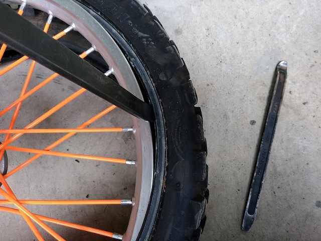 タイヤ交換。こういう作業を出先でやるのは大変です。