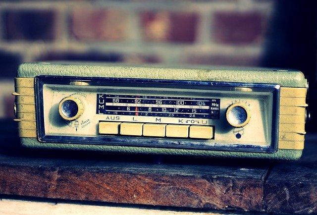 自宅でカーラジオのデッキを使う方法もあるんですよ♪ かなりクリアに聞こえます。 ※しかもデカイスピーカーつなぐと無敵です。