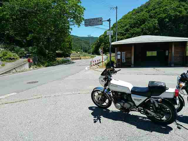 県道12号から枝道への分岐路にはデカイバスの待合所がある。