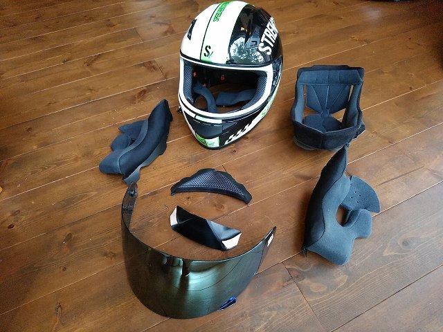 ヘルメットは内装税部外して洗うのですよ。