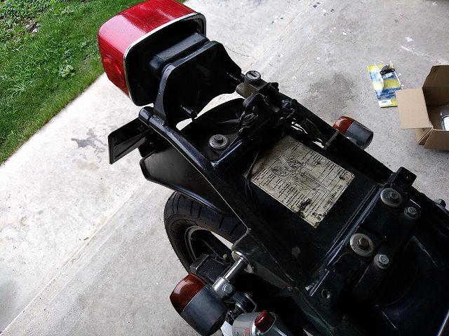 Z1-Rのテールカウル外したらリアフェンダーの樹脂にはシリコンスプレーしておく。