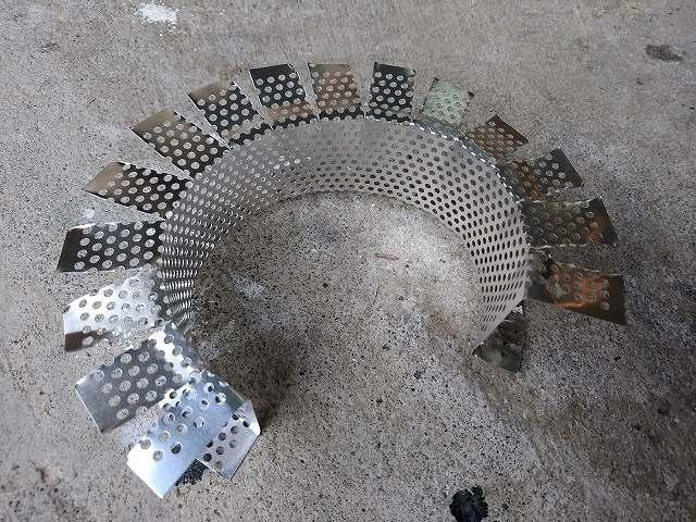 パンチングメッシュのアルミ板でエアフィルターのフレームを作ります。