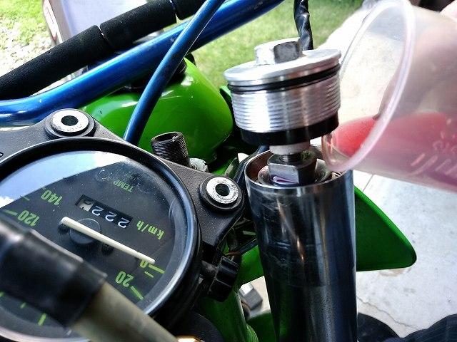 KDX125SR。フォークオイルは車体に組み付け手から入れる主義。