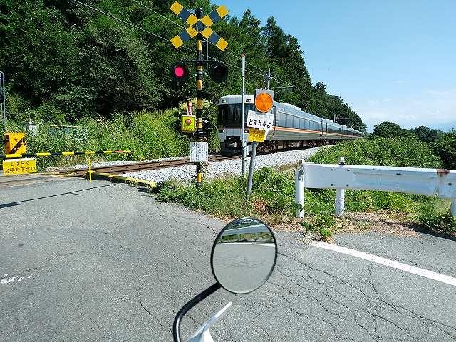 ちょうど電車が来たので急いで携帯を出して撮影してみた。