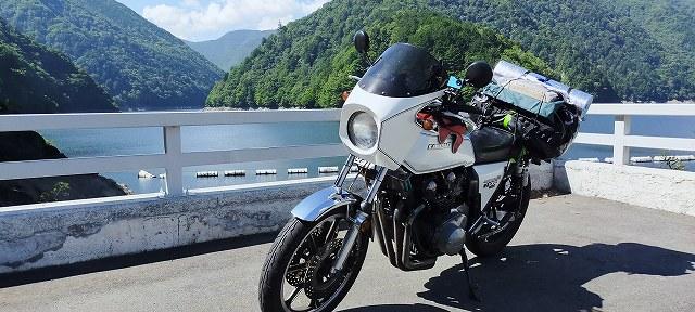 Z1-R。ダムに来るとバイクの写真撮りたくなるね。