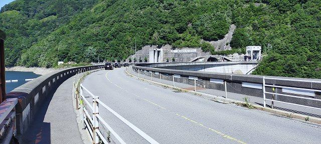 R158は奈川ダムというデカイダムの上を走る。