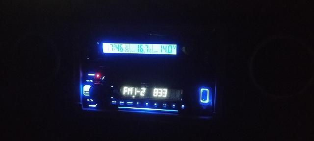 外気温計のバックライトは夜はこんな感じになる。