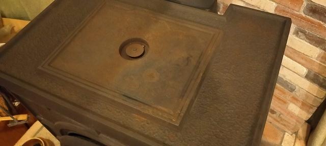 薪ストーブの天板の中央にあるのが温度計。