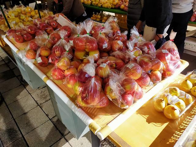 農産物直売所ではりんごが大量に格安で売られている。美味い。