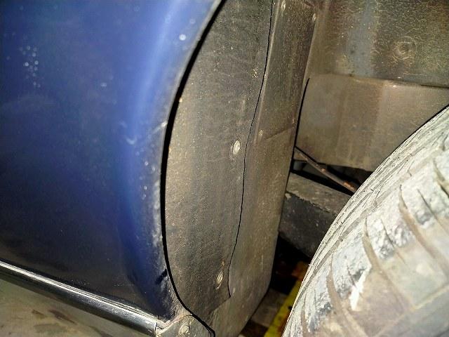 ロータスヨーロッパのリアタイヤハウスから燃料タンクのセンダユニットにアクセスする。