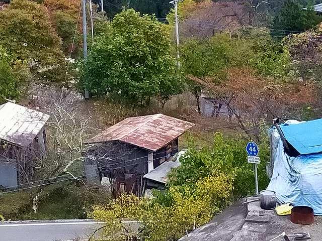 風穴入口から見下ろす集落に県道44号の標識が。