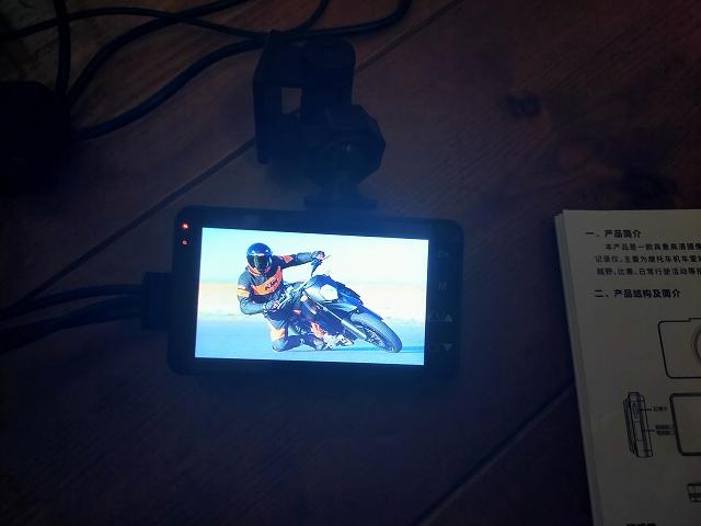 ドラレコ起動時には、KTMのモタード系バイクで一生懸命はしてる画像が!